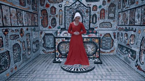 Mary More fez um clipe vestida de aia